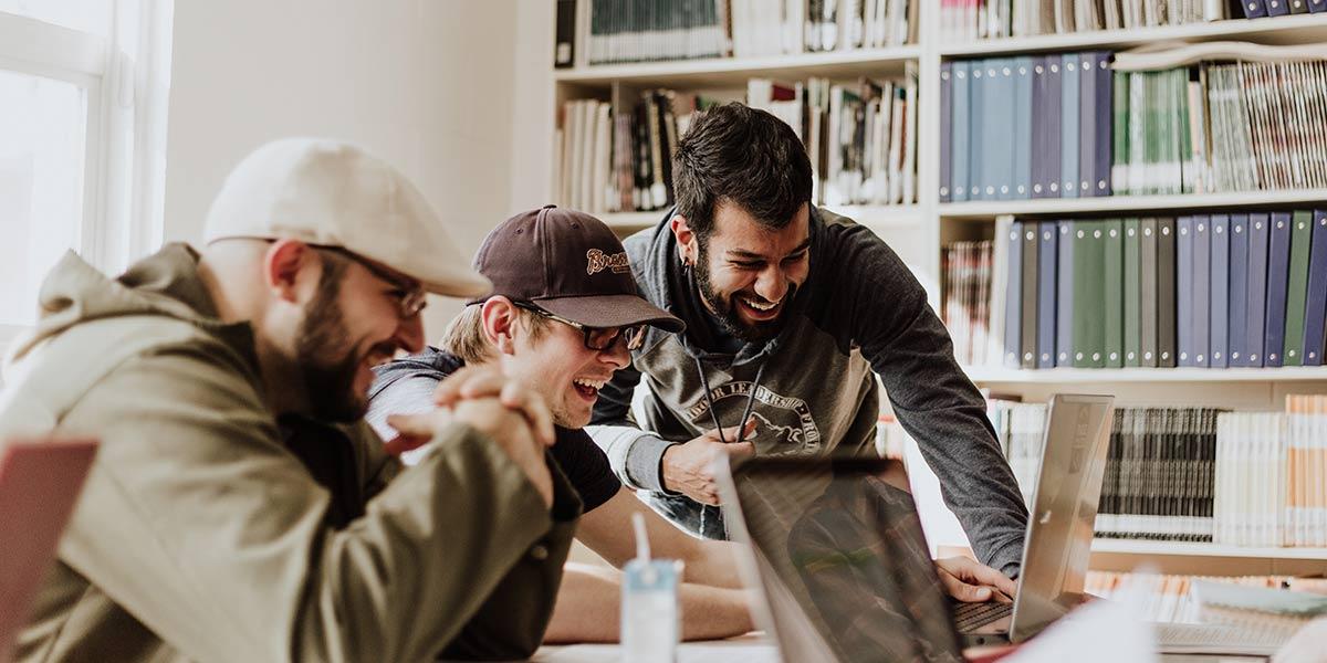 Menschen schauen auf Bildschirm des Laptops