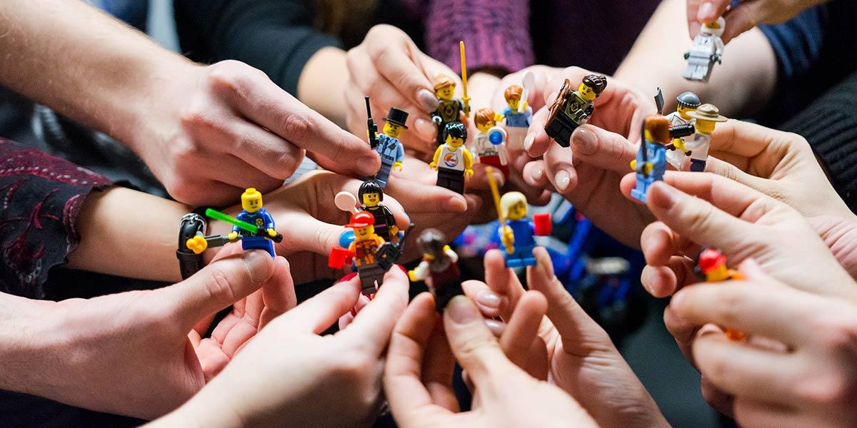 Hände mit Lego Figuren